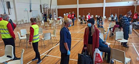 Matkustajat ohjattiin koulun saliin, jossa poliisi tarkasti matkustajilta henkilöllisyydet.