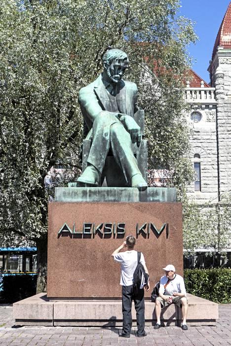 Aleksis Kiven patsas sijaitsee Rautatientorilla Kansallisteatterin edustalla.