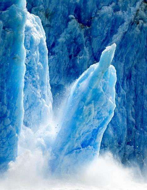 Valtava jäälohkare irtosi jäätiköstä Alaskassa. Valokuvaaja Paul Souders on kuvannut sulavia jäätiköitä vuodesta 2001.