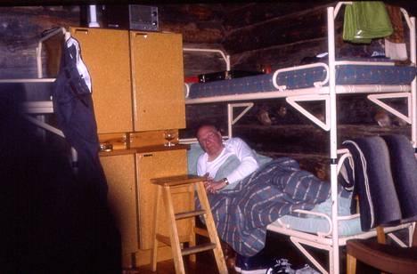 Kuvassa Kekkonen heräilee vierellään konjakkilasi. –Täytyyhän sitä ottaa unilääke. Ei siellä mitään ryypiskelyä ollut, koska hän halusi oikeasti hiihtää, Lähteenkorva kertoo.