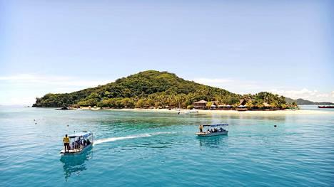 Fidžiin kuuluu kolmisen sataa saarta, joista satakunta on asutettuja. Osa saarista on yksityisomistuksessa, ja niissä voi olla vaikkapa vain yksi hotelli.