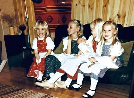 Inka, Katja, Petra ja Nina veljistä vanhemman Pertun ristiäisissä.
