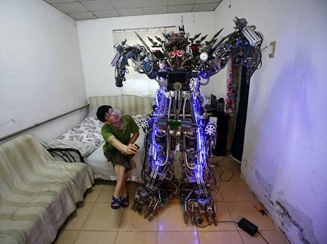 Kiinalainen keksijä Tao Xiangli hoitaa kotiaan omatekoisilla humanoidiroboteilla.