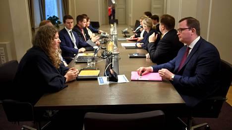 Posti- ja logistiikka-alan unioni PAU:n puheenjohtaja Heidi Nieminen (vas.) ja Palvelualojen työnantajat Palta ry:n toimitusjohtaja Tuomas Aarto (oik.) jatkavat tänään neuvotteluja postilakon päättämisestä.