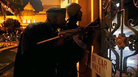 Poliisi ja sotilas olivat asemissa ostoskeskuksen liepeillä sunnuntain ja maanantain välisenä yönä.