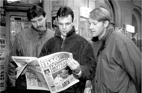 Röglen tähtipuolustajat, Leijonistakin tutut Kari Eloranta (vas.), Arto Ruotanen ja Kari Suoraniemi lukivat syksyllä 1995 lehdestä, miten olivat onnistuneet edellisillan ottelussa.