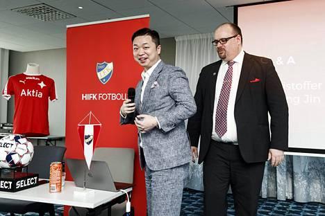 Toimitusjohtaja Christoffer Perret (oik.) ja Lucas Chang Jin olivat yhtä hymyä, kun HIFK:n siirtymisestä kiinalaisomistukseen tiedotettiin.