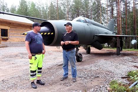 Kuljetusammattilainen Jonne Niemenmaa (vas) ja sotamuseon johtaja Vesa Friman, kun Puolan ilmavoimia palvelleen MIG-21R -suihkuhävittäjän siirtokuljetus Kanta-Hämeen porstuasta Pirkanmaan perille oli onnellisesti ohi.