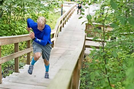 Patrik Laine juoksee Kuuvuoren puuportaita, joilla on testattu kiekkoilijoiden kestokykyä jo vuosikymmenien ajan.