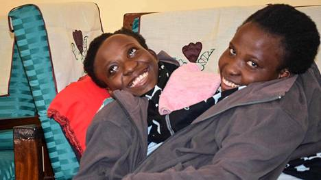 Kaksoset Maria (vas.) ja Consolata Mwakikuti menehtyivät Tansaniassa 21-vuotiaina.