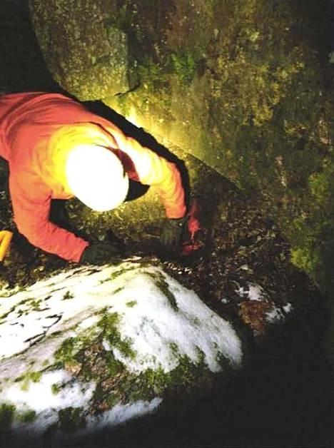"""""""Ison kiven kätkö"""" oli kaivettu kiven ulokkeen alle."""