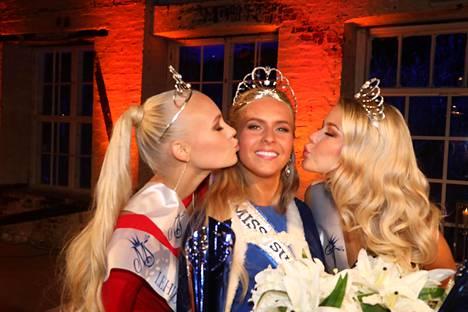 Tuore Miss Suomi sai perinteiset poskisuudelman perintöprinsessoilta.