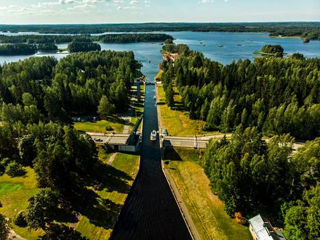 Taipaleen kanava-alueella voi seurata laivaliikennettä Saimaan syväväylään kuuluvan kanavan partaalla.