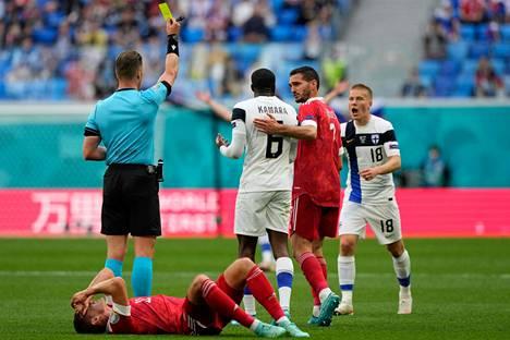 Glen Kamara sai varoituksen Venäjää vastaan taklauksestaan Mario Fernandesiin.