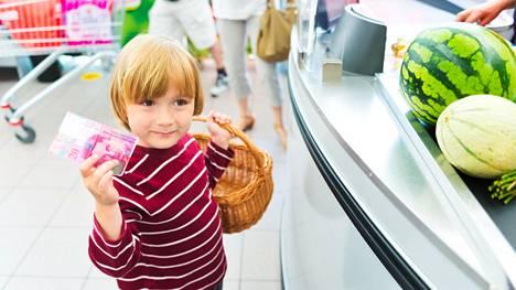 Isä teki kaikessa rauhassa ostoksia pikkupojan kanssa – lapsi kajautti yhtäkkiä vieraalle naiselle yllättävän tiedon
