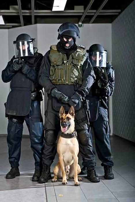 Harri Gustafsberg keskellä koiransa Epin kanssa. Epi oli valmiusyksikössä töissä lähes 10 vuotta.