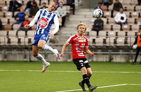 FC Hakan Jami Kyöstilä seurasi aitiopaikalta, kun Roope Riski (vas.) nikkasi HJK:n 1–0-johtoon.