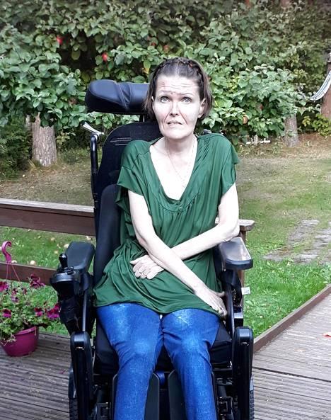 –Noin vuosi diagnoosin jälkeen liikuin sähköpyörätuolilla ja sain hengitykseen apua kaksoispaineventilaattorilla, Satu Heiskanen kertoo.