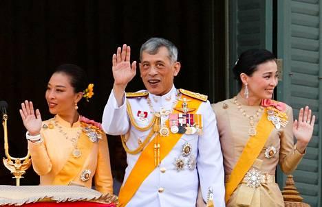 Thaimaan kuningaspari tervehti kansalaisia Bangkokissa viime syksynä. Vasemmalla kuninkaan ensimmäisestä liitosta syntynyt prinsessa Bajrakitiyabha.