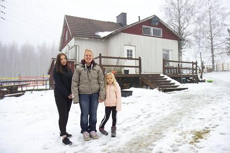 Michelle ja tyttäret Viivi (vas.) ja Iina.