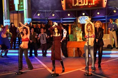 Las Ketchup The Ketchup Songin koreografiaan kuului näyttävä käsien heiluttelu. Kuvassa yhtye esiintyy Saksassa lokakuussa 2002.
