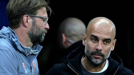 Jürgen Kloppin (vas.) luotsaama Liverpool saa Valioliigan kärkikamppailussa vieraaksi Josep Guardiolan Manchester Cityn.