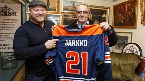 Huutokauppayrittäjä Sami Taustila sai kaupattavakseen nykyisin Turussa asuvan Tappara-legenda Martti Jarkon Hall of Fame -paidan.