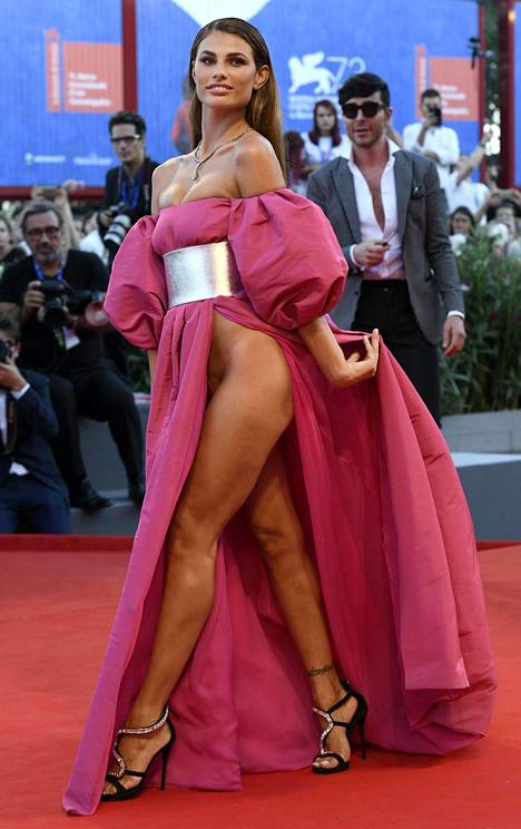 Dayane Mellon mekko paljasti mallin lihaksikkaat jalat varpaista pakaraan.