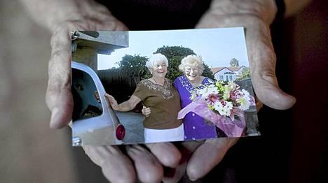 Valokuva Ruthista ja Minkasta vuodelta 2006 siltä päivältä, jolloin he tapasivat ensimmäistä kertaa kasvokkain.