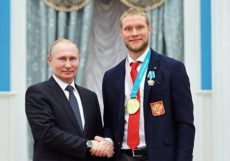 Vladimir Putin kiitti Sergei Andronovia kädestä pitäen.
