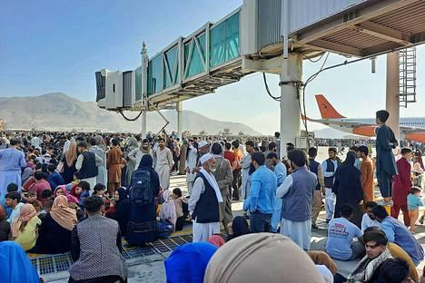 Kuva on otettu Kabulin lentoasemalla maanantaina.