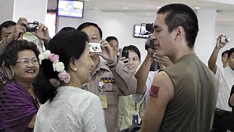 Poika oli tatuoinut äitinsä puolueen logon käsivarteensa.