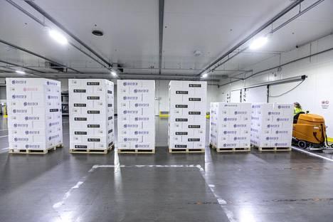 Tokioon lähtevä lohierä Finnair Cargon kylmäterminaalissa.