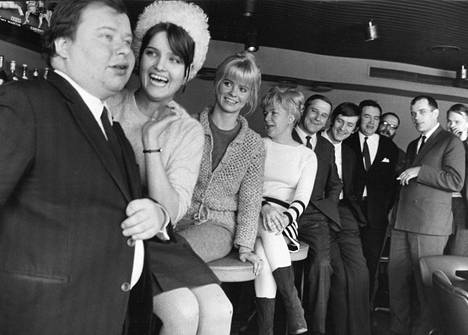Donner (kuvassa oikealla) näytteli 1967 Mikko Niskasen ohjaamassa elokuvassa Lapualaismorsian.