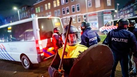Mellakkapoliiseja Rotterdamin Beijerlandselaanissa maanantai-iltana.