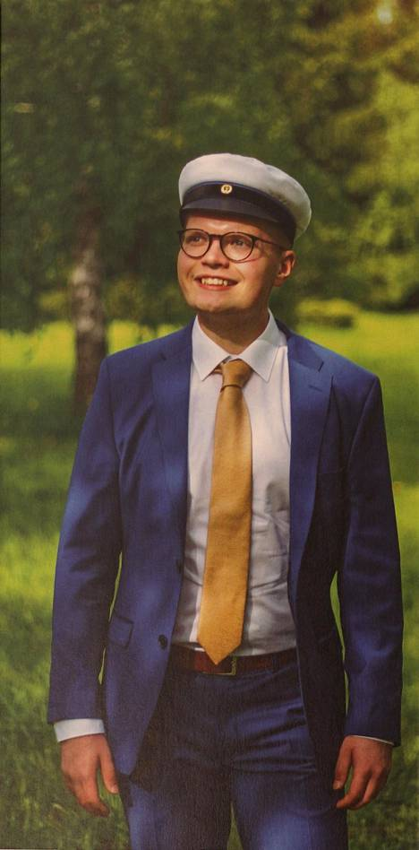 """Ylioppilas 2019. """"Rakas poikani Tatu kirjoitti ylioppilaaksi, kävi armeijan ja aloitti tänä syksynä opiskelut Helsingissä."""""""
