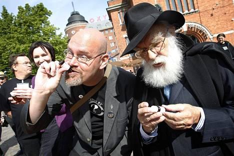 Skepsis ry maisteli homeopaattisia tuotteita tempauksessaan Hakaniemen torilla vuonna 2010. Kuvassa Skepsiksen Jussi K. Niemelä (vas) ja Suomessa tuolloin vieraillut taikuri James Randi.