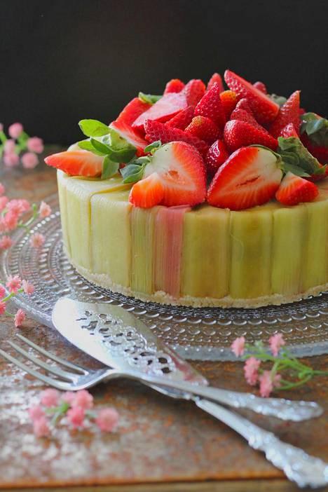 Ihastuttavassa kakussa maistuvat kesäiset maut, raparperi ja mansikka.