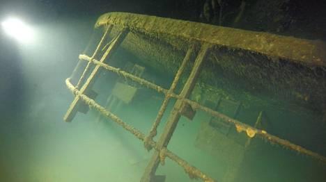 Ilmarisen hylkyä on käyty kuvaamassa tiettävästi kaksi kertaa. Kannen kaksi 250 tonnista tykkitornia ovat keikauttaneet laivan ylösalaisin sen vajotessa 80 metrin syvyyteen. Ilmarinen on rauhoitettu surmansa saaneiden hautamuistomerkiksi.