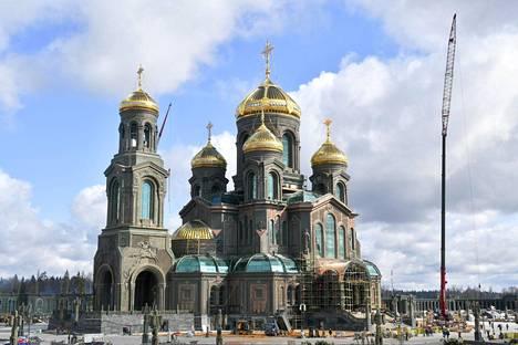 Venäjän asevoimille omistettu jättikirkko on ulkoa tummasävyinen maastovärityksen tyyliin, mutta kupolit loistavat kirkkaan kultaisina.