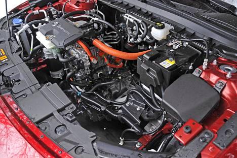 Konehuoneessa on väljää, koska polttomoottori puuttuu. Myöhemmin tänne istutetaan generaattori tekemään autolle lisää virtaa tien päällä.