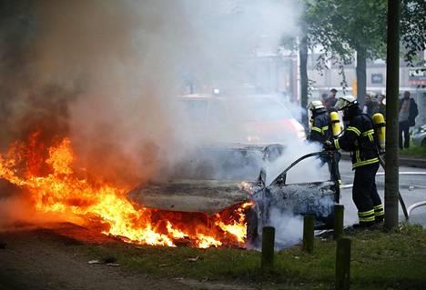 Palomiehet sammuttivat autoja perjantaina aamulla.