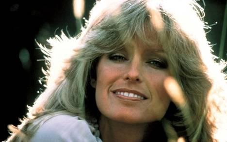 70-luvulla muotia oli kerrostettu ja villin pörröinen otsatukka, kuten näyttelijä Farrah Fawcettilla.