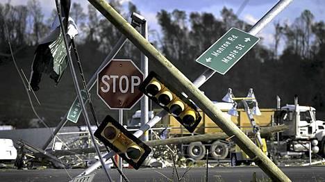 Tornado repi liikennemerkkejä ja -valoja.