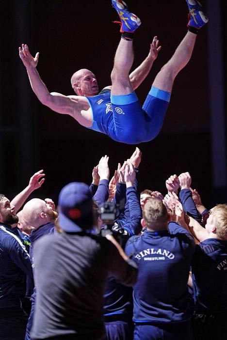 Rami Hietaniemi heitettiin ilmaan ottelun jälkeen.