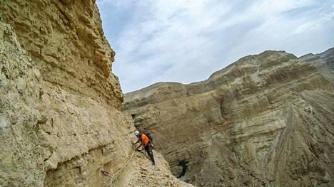 Tutkija matkalla kaivauksille helmikuussa 2020.