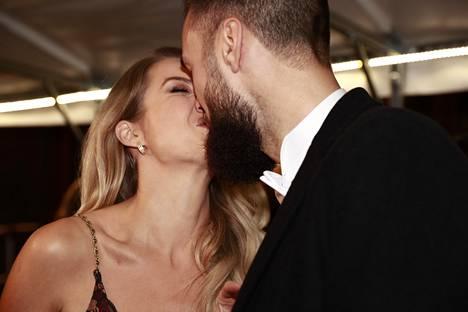 Pariskunta suuteli kamerojen edessä saapuessaan Linnan juhliin.