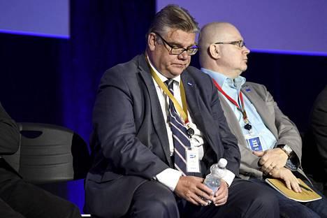 Timo Soini ja työministeri Jari Lindström ministeriryhmän kyselytunnilla.