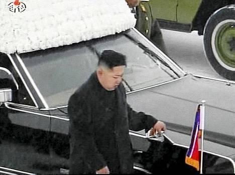 Uusi johtaja Kim Jong-un seurasi isänsä arkkua ruumisauton vierellä Pohjois-Korean television välittämässä kuvassa.