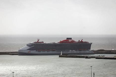 Scarlet Lady on Doverin satamassa. Matkustajat pääsevät risteilemään aluksella keväällä.